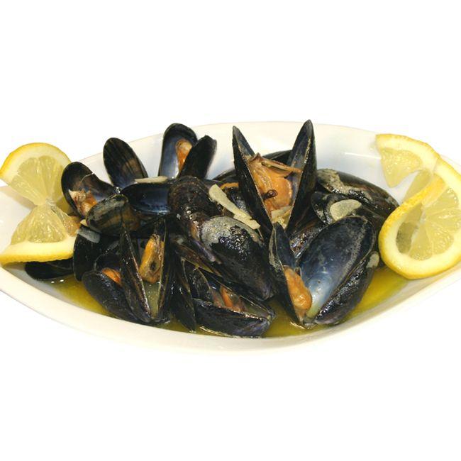 Cozze di Mare al limone - Miesmuscheln mit Zitrone. Sommer am Strand, und ein leichtes Mahl zum Mittag. Urlaubserinnerungen aus Italien werden wach. Den Sommer genießen, bestes Miesmuschel Rezept! https://www.sardische-feinkost.de/blogs/sardische-rezepte-blog/98449286-cozze-di-mare-al-limone-miesmuscheln-mit-zitrone-rezept