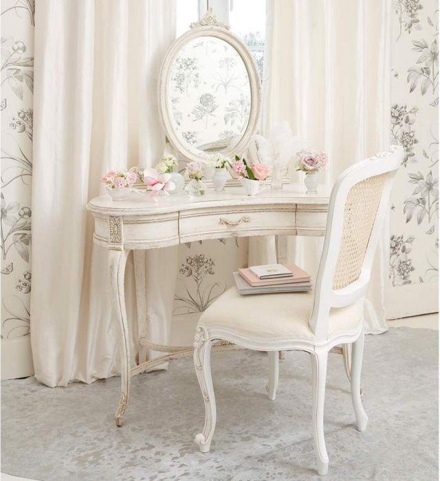 une belle coiffeuse blanche décorée de bouquets de fleurs tendres