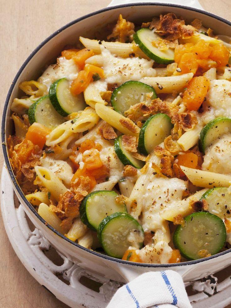 Kürbis-Nudel-Gratin mit Zucchini | Zeit: 40 Min. | http://eatsmarter.de/rezepte/kuerbis-nudel-gratin-mit-zucchini