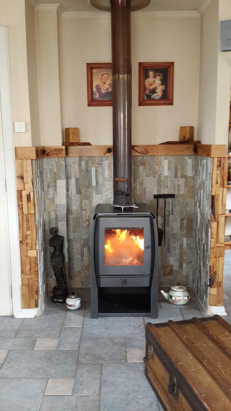 decoración interior al rededor de combustión lenta con piedras y madera de lenga