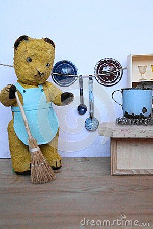 Bear Morulet makes cleaning in the kitchen