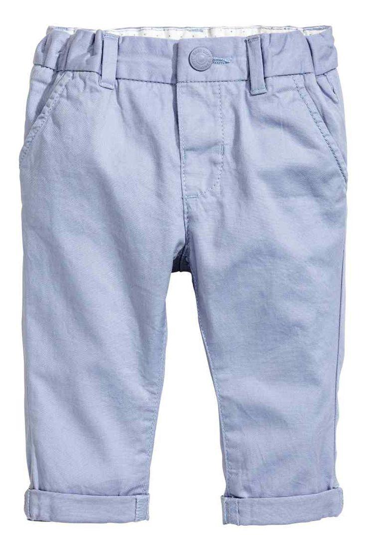 Chino: Een chino van zacht katoenen keper met verstelbaar elastiek in de taille. De broek heeft een gulp met drukknoop, steekzakken en een achterzak met paspel.