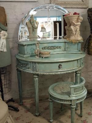 Round Table.: Mirror, Vintage Vanities, Vanities Tables, Antiques Furniture, Antiques Vanities, Color, Shabby Chic, Paintings Cottages, Bedrooms