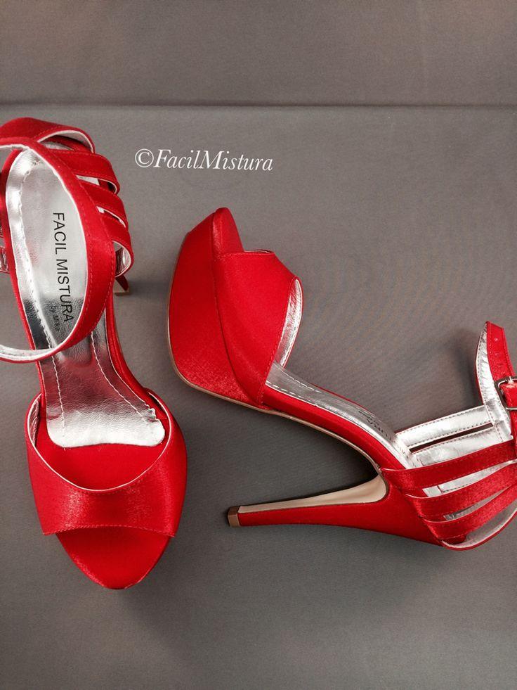 Sandália meia pata com salto 12 cm em cetim vermelho.