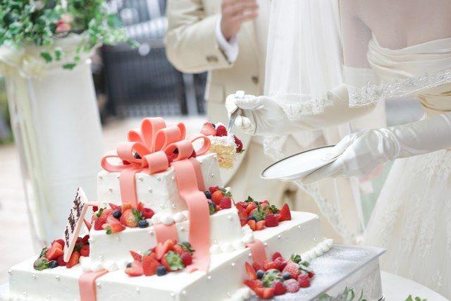 結婚式場写真「とびきり可愛いウエディングケーキであま〜いファーストバイト☆」 【みんなのウェディング】