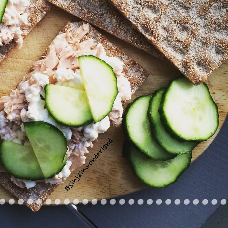 Crispbread with cottage cheese and tuna, cucumber as topping