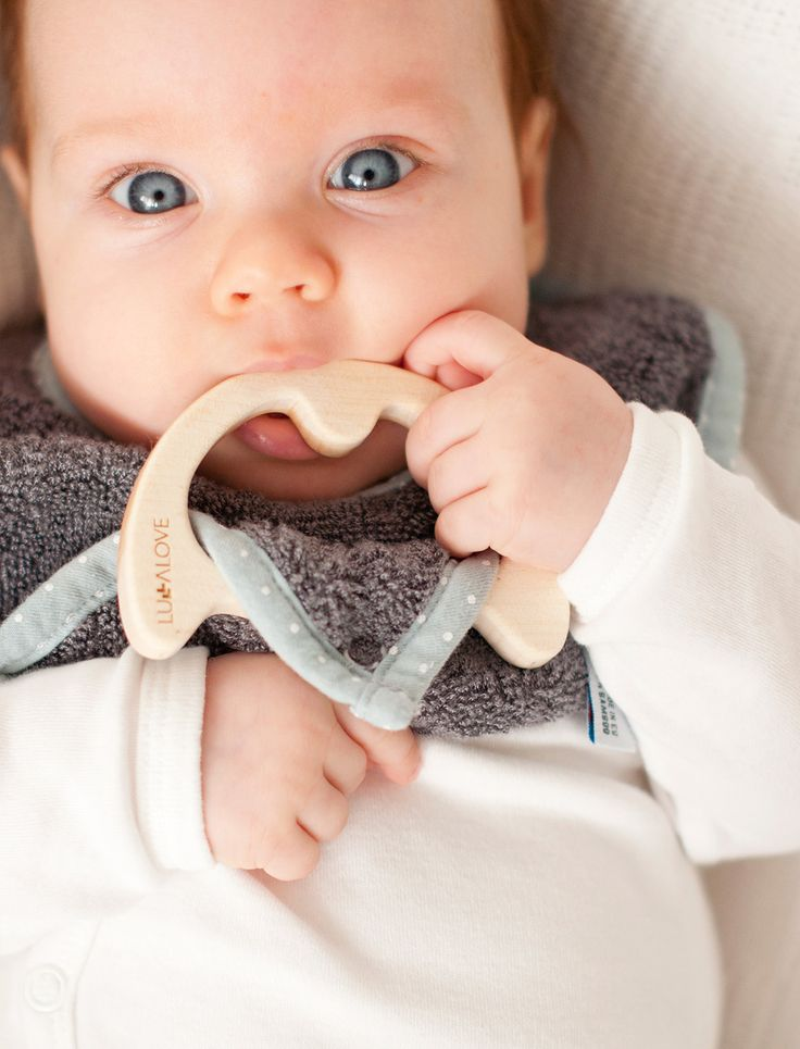 supeRRO baby eco - 100% bamboo bib with a maple teether. Be green! 100% eco. Happy teethering baby ! | LULLALOVE www.littlegreenfairy.com