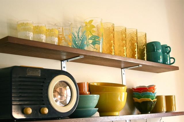 retro radio. bright/happy display.: Kitchens Interiors, Open Shelves, Decor Kitchens, Decor Ideas, Interiors Design Kitchens, Retro Radios, Retro Interiors, Modern Kitchens Design, Retro Kitchens