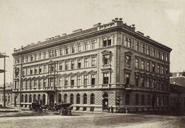 Lövölde tér 7., Fischer-ház a Király utca sarkán. A felvétel 1876 körül készült. A kép forrását kérjük így adja meg: Fortepan / Budapest Főváros Levéltára. Levéltári jelzet: HU.BFL.XV.19.d.1.05.110