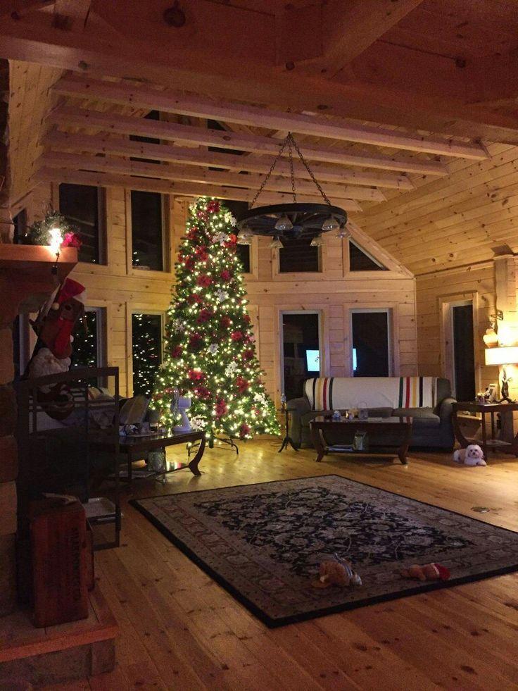 Eine Innengestaltung des Blockbohlenhauses in der Weihnachtszeit. Finden Sie mehr Infos auf https://www.pineca.de/blockbohlenhauser/