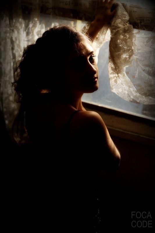 Młoda dziewczyna wyglądająca przez okno. A young girl looking through the window. #beautifulgirl