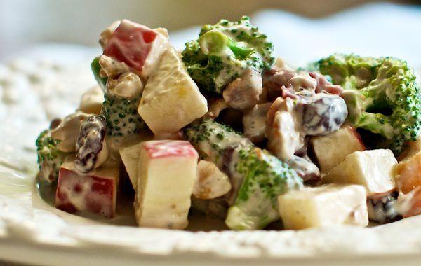 Pode-se dizer que a Salada de Brócolis com Maçã é uma mistura da salada Waldorf com brócolis. É um pouco doce, por conta do toque de mel, e do doce da própria maçã. Mas as cerejas quebram a acidez, e o bacon proporciona o equilíbrio para que o