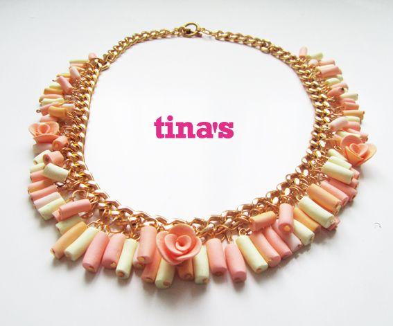 Collana con catena di colore oro, perle cilindriche e rose fatte a mano nei colori rosa antico - rosa chiaro e vaniglia.