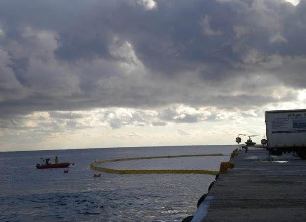 Τοποθετήθηκε το πλωτό φράγμα στο λιμάνι της Τήνου