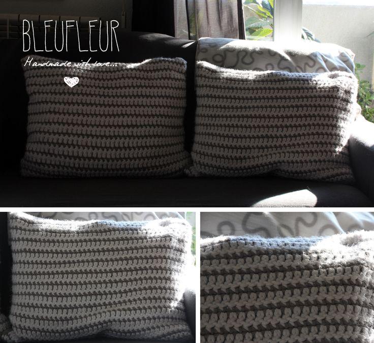 Cojines en gris y blanco a crochet con trasera en lino y cremallera