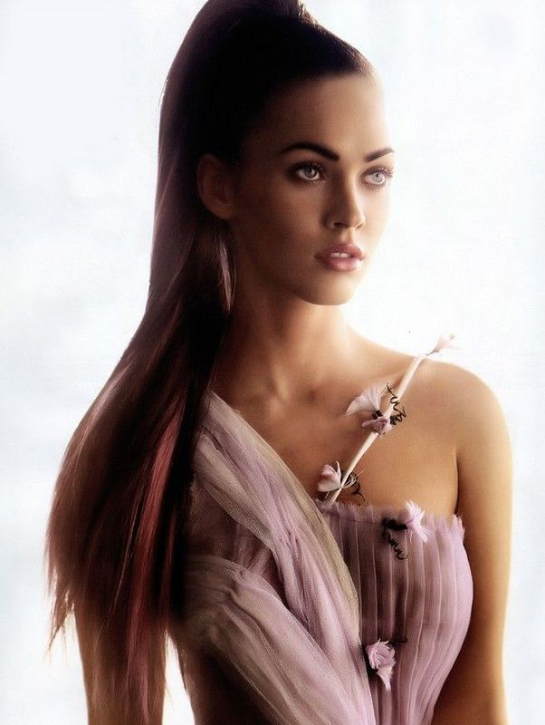 Megan Fox is so pretty. I love her long hair extensions, and dress.