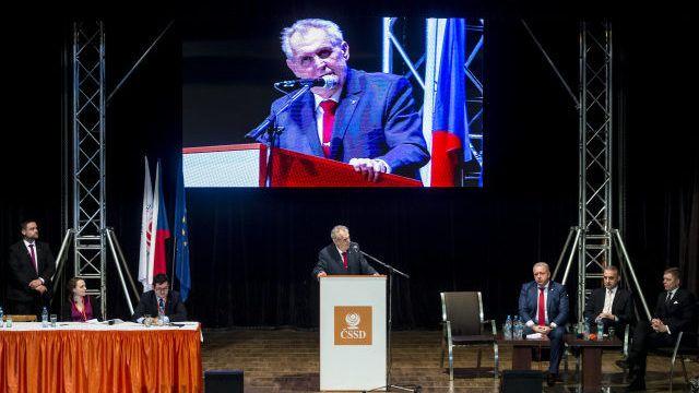 Jako deus ex machina se Miloš Zeman vznáší už léta nad ČSSD.