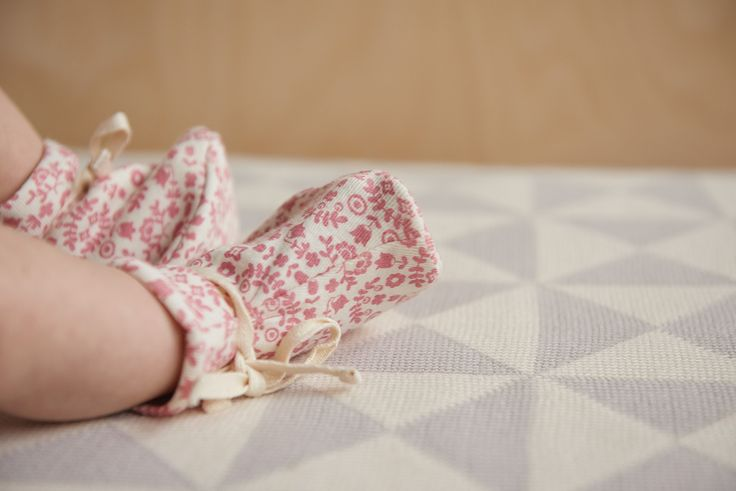 A marvellous design with a soft elastic ankle to ensure booties stay on little feet, a drawstring tie that also allows to adjust the size of the bootie. Bundle those tiny feet and keep them warm in these cute cotton booties.