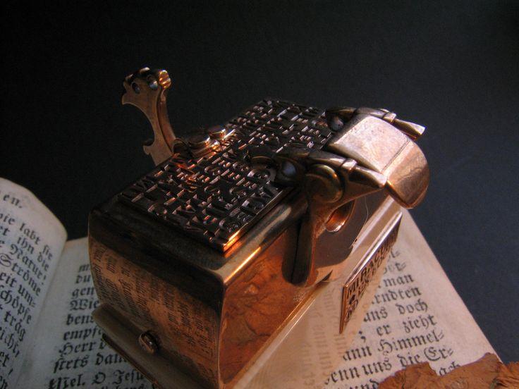 ...Bronze, antikes Elfenbein mit CITES-Genehmigung, schwarzes Leder...geschlossen: 55 x 60 Millimeter...172 Gramm...bronze, antique ivory with CITES-permission, black leather...