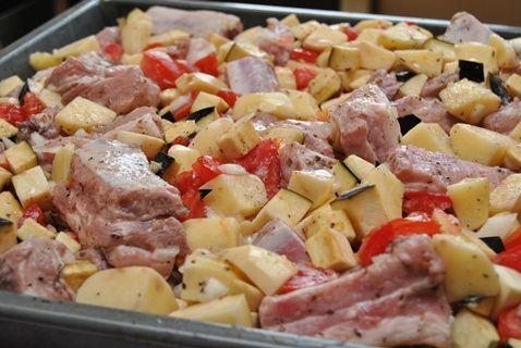 500 г ребрышек,1 кг картофеля-250 г баклажанов-250 г помидоров- лук порей - 50 мл соуса Наршараб/кетчупа- 2 ч.л. сушеных трав- 3 зуб/ чеснока- соль- перец- 5 ст.л. раст. масла  Мясо режем, добавляем соус, посолить,  оставить на 15 минут.Картофель -кубиками. Добавить травы, посолить.Перемешать. Лук - полукольцами. Помидоры небольшими кусочками. Баклажаны кубиками. В масло добавить чеснок.Посолить, поперчить. Выложить в форму для запекания. Полить маслом с чесноком. Запекать при t 180  1-1.5…