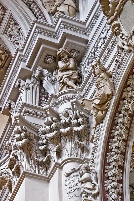 Barok: 1 van de tijd van +1600 tot +1775 wordt de barok genoemd; het is een stijl met onregelmatige vormen, een beweeglijke ordening en veel licht-donkercontrasten 2 iets dat er overdreven van vorm en kleur uitziet, bijvoorbeeld een beeld, een voorwerp of een gebouw.