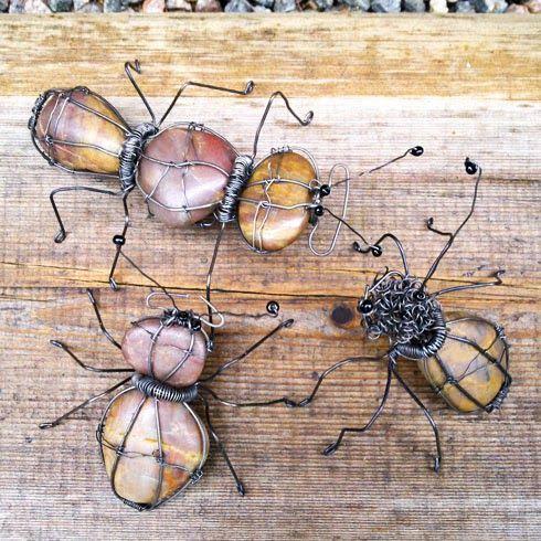 Insekten van draad en mooie kiezels