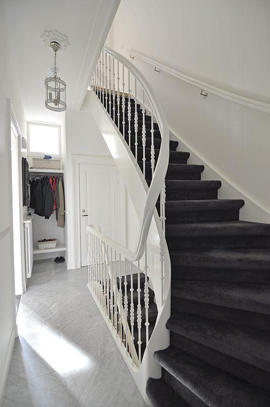 De trappen van het benedenhuis zijn vervangen voor minder steile trappen // Renovatie herenhuis Vondelbuurt // Lumen Architectuur
