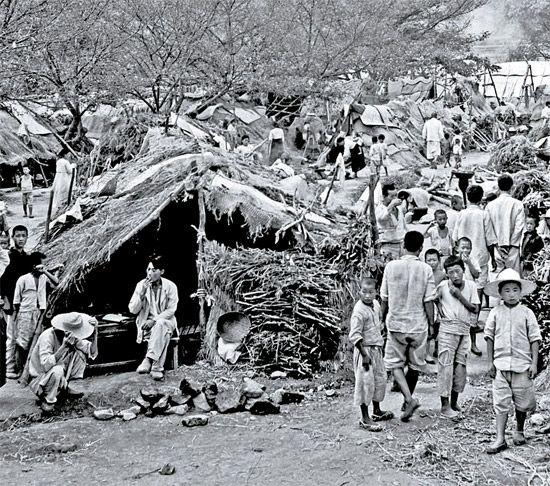 6.25 한국전쟁 사진.동영상. 참전자, 희생자 수. : 네이버 블로그 - 1950.8, 18 미군과 작전을 세우는 백선엽장군.