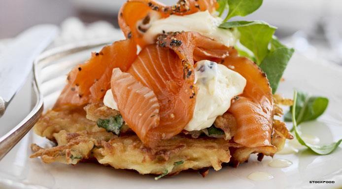 Frittelle di patate salate con salmone e crème fraîche