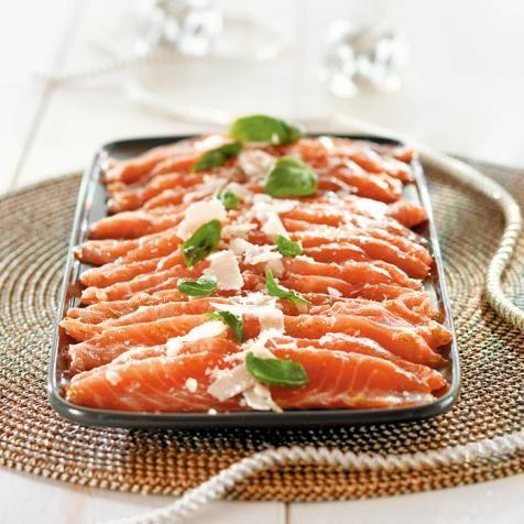 Poista lohesta ruodot. Leikkaa kala kauniiksi, ohuiksi viipaleiksi.