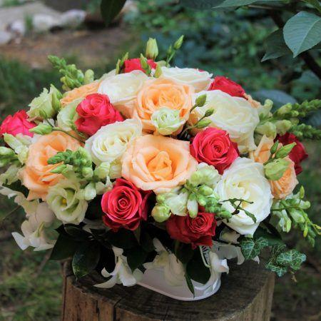 Oferai persoanei iubite un aranjament floral din trandafiri. Combinatia de culori ii va inveseli ziua si se va simti cu adevarat speciala.