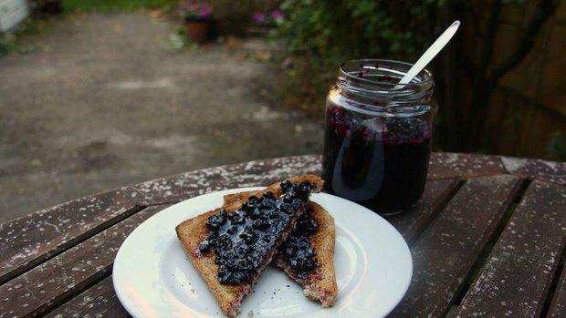 Vyzkoušejte zavařeninu zplodů černého bezu, vzhledem i chutí připomíná borůvkovou marmeládu