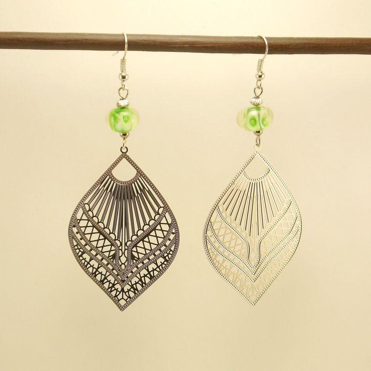 Boucles d'oreille estampe filigranée en métal argenté orientale et perle de verre filée verte : Boucles d'oreille par geb-et-nout