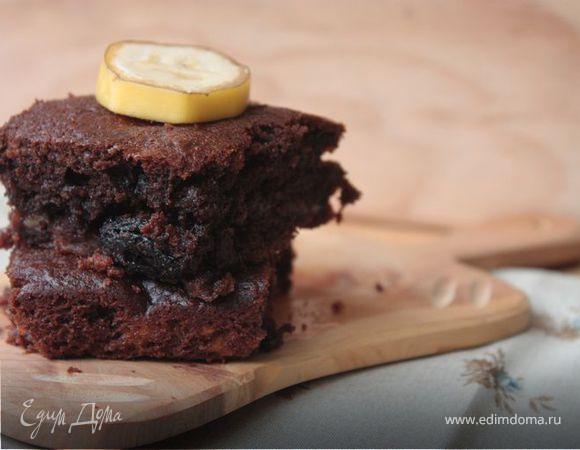 Банановый брауни с изюмом и орехами. Ингредиенты: шоколад черный горький, сливочное масло, сахарный песок