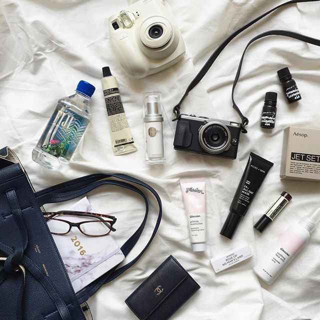For girls (& guys) on the go. Sneaking a peek in @jolenekcw's essentials ✈️ Shop your pure essential oils & blends here: store.#mmerciencore.com x