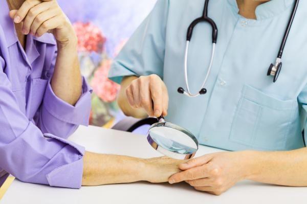 Como tratar dermatite de contato. A dermatite de contato é uma inflamação aguda ou crônica da pele produzida por substâncias que entram em contato com ela, como é o caso de alérgenos ou produtos irritantes. Vale referir que o tratamen...