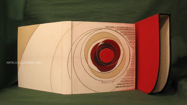 """Album fotografico realizzato con cucitura a mano di fogli in cartoncino marrone spessorato.  Velina di separazione fogli.  Rilegatura in piena pelle con incisioni a nero fumo e oro zecchino, applicazioni di diversi colori e tipi di pelle.  Tecnica di rilegatura """"francese"""".  Scrittura a macchina su pelle bianca.   Dimensioni: cm 34x34 - 40 fogli circa  #legatoria #legatoriaviali #viterbo #rilegature #bookbinding #bookbinder #rilegatura #artesan #artigianato #artigiano #italie #italia #libri…"""