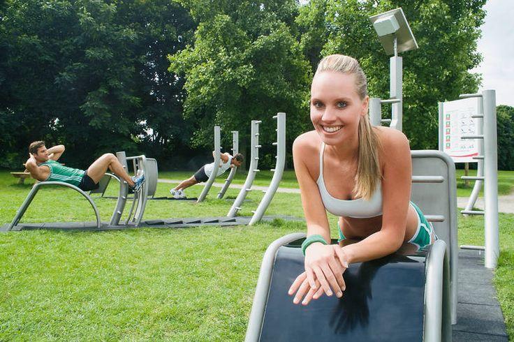 """Alte Liebe, neu entdeckt: Der """"Trimm-dich-Pfad"""" machte vor   30 Jahren Millionen Deutschen Lust auf Leibesübungen – jetzt wollen uns moderne Trimmfit-Stationen zum Sport motivieren!"""