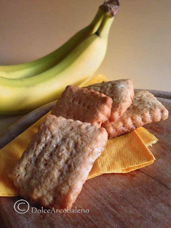 I frollini alla banana senza uova, sono dei biscottini dal gusto fruttato e fragrante, per colazioni e merende in allegria. The banana shortbread without eggs, are fruity and fragrant biscuits, for breakfast and snacks in joy.