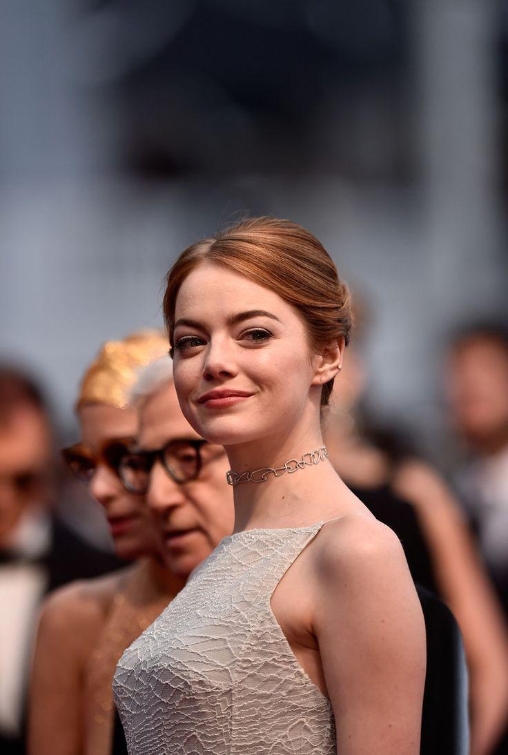 Эмма Стоун в вечернем платье с чокером на шее