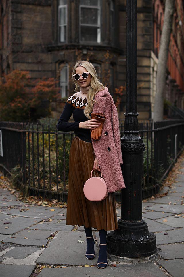 Herbst-Outfit mit Plissee-Rock und rosa Mantel. #Herbstoutfit #Streetstyle #Plisseerock