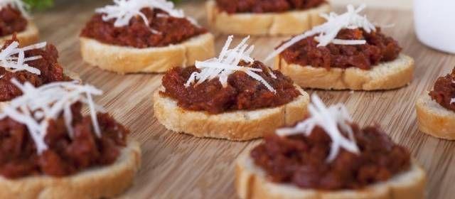 Lekker voor bij de borrel of als accent bij diverse gerechten. Dit recept is voor een wat grotere hoeveelheid tapenade, mocht er een feest in het vooruitzicht...