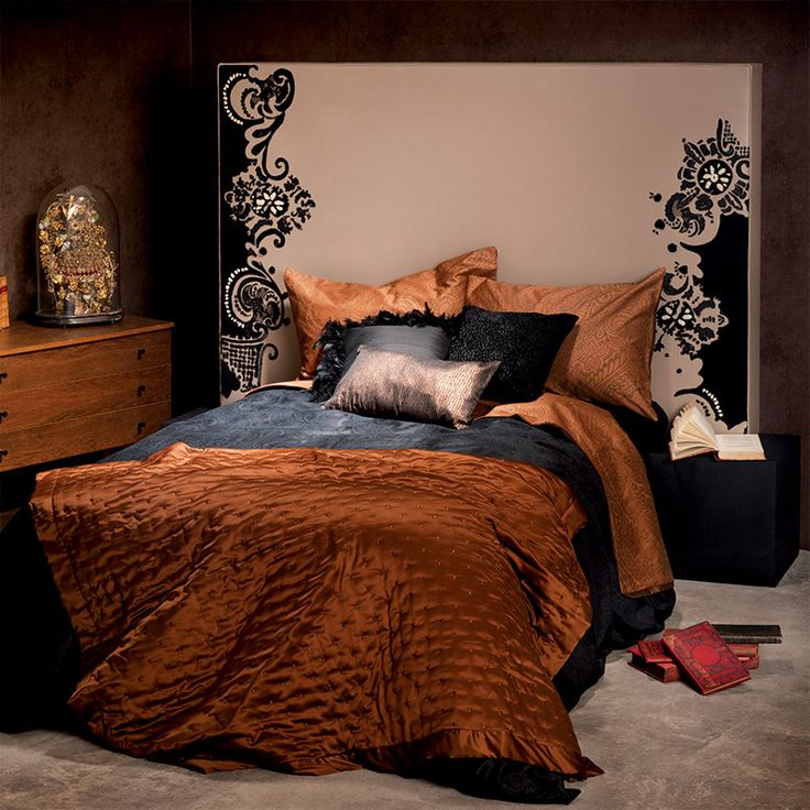 t te de lit brod e sur cuir haute d coration broderie. Black Bedroom Furniture Sets. Home Design Ideas