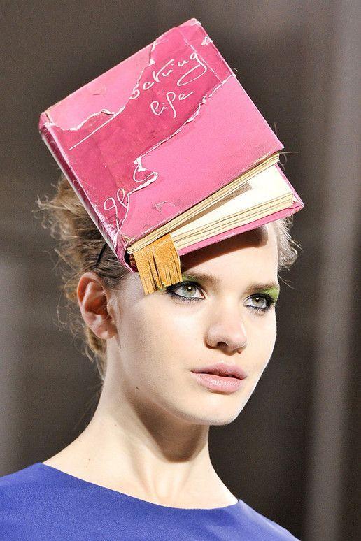 Un libro siempre es útil ;-) «Libro sombrero», diseñado por Kinder Aggugini para su colección primavera-verano 2012. http://www.veniracuento.com/