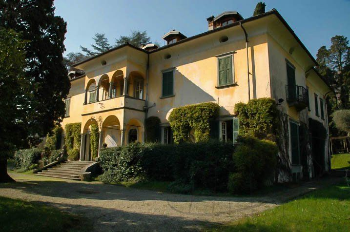Splendid Villa of great architectural merit and historic interest on lake Como in prime location with extensive gardens and marina offering privacy and luxurious living. Location: The villa is located on the west shore of Lake Como, a place of rare beauty facing Bellagio where the two branches of the lake meet.It is reached along a 24km lake-front road from...