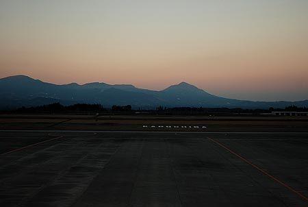 日常を忘れるために旅に出て、日常に戻るための飛行機に乗る。日常だけでは物足りず、ノマドにもなり切れない。[2012/2 鹿児島空港(鹿児島県)]© 2010 風旅記(M.M.) 風旅記以外への転載はできません...