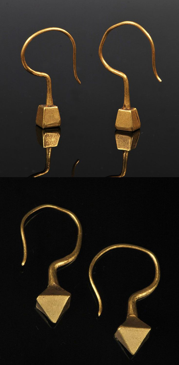 Northwest India ~ Gujarat | 2 pairs of earrings; 22k gold | First half of the 20th century  ||| POR