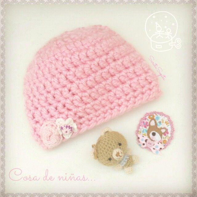 Gorrito rosa, amigurumi y broche :)