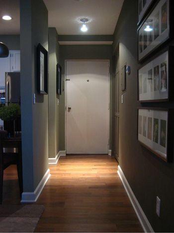 couloir peint en gris