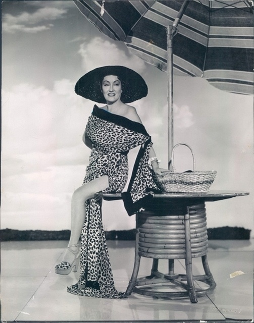 Gloria Swanson - that is a fabulous outfit! :)